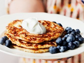 Keto pancakes with whipped cream and berries